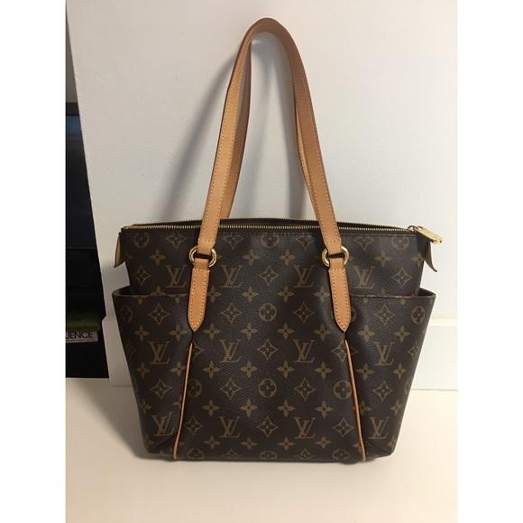 ce0bacfce27a4 Louis Vuitton Handbags - Authentic Louis Vuitton Monogram Totally PM